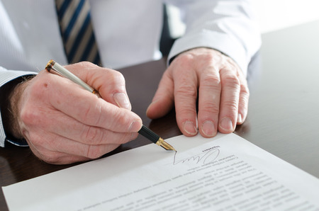 Photo pour Businessman signing a document, closeup - image libre de droit