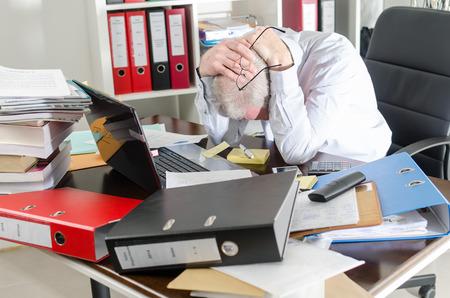 Photo pour Stressed businessman holding his head in his hands - image libre de droit
