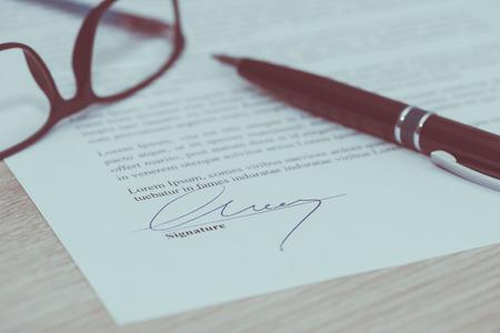 Photo pour Closeup of signed legal document - image libre de droit
