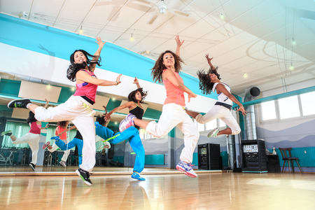 Foto de group of  women in sport dress at fitness dance exercise or aerobics - Imagen libre de derechos