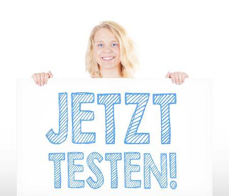 Junge Frau hält Schild mit Jetzt Testen!