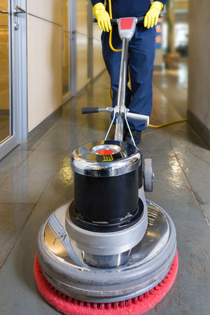 Photo pour Industrial buffing machine polishing the floor in a hallway - image libre de droit