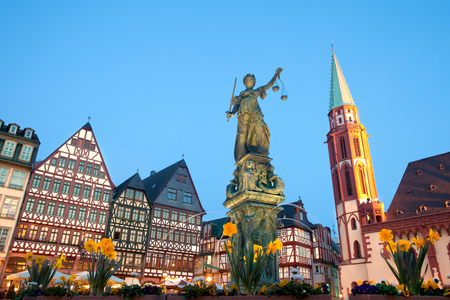 Foto de Scales of Justice at Romerberg square, the old town center, and the Romer, with the Old Nikolai Church, Frankfurt, Hesse, Germany - Imagen libre de derechos