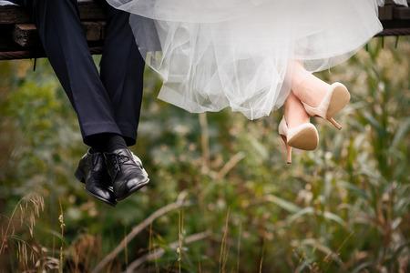 Photo pour Feet of bride and groom, wedding shoes. - image libre de droit
