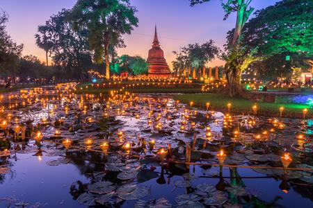 Foto de Sukhothai Co Lamplighter Loy Kratong Festival at The Sukhothai Historical Park covers the ruins of Sukhothai, in what is now Northern Thailand. - Imagen libre de derechos