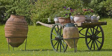 Photo pour Imaginatively decorated garden - image libre de droit