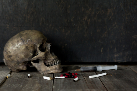 Photo pour Human skull death due to drug addiction, anti-narcotic ideas. - image libre de droit