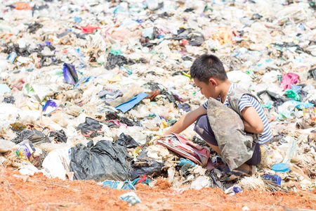 Photo pour Children are junk to keep going to sell because of poverty, the concept of pollution and the environment,World Environment Day - image libre de droit