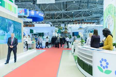 Foto de Moscow, Russia, Expocenter VDNH - OCTOBER 4-7, 2017: Russian agro-industrial exhibition Golden autumn. Business stand manufacturers agricultural products- high activity of the visitors trade show - Imagen libre de derechos