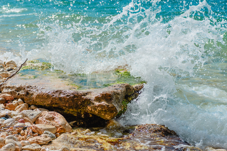 Photo pour The sea and stones. Splashing waves- summer landscape. Seascape background. - image libre de droit