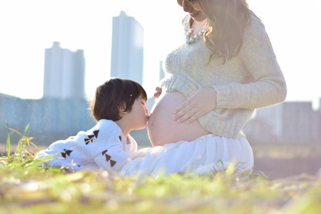 Photo pour mom having baby with her son - image libre de droit