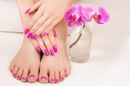 Photo pour beautiful manicure and pedicure on the white - image libre de droit