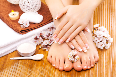 Photo pour brown manicure and pedicure on the bamboo - image libre de droit
