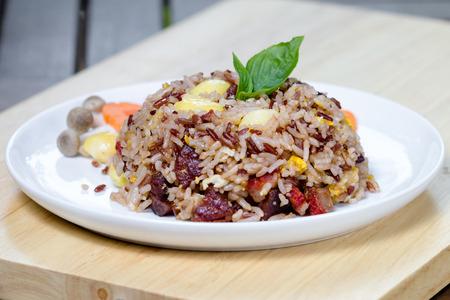 Foto de Fried brown rice with vegetables and fried eggs - Imagen libre de derechos