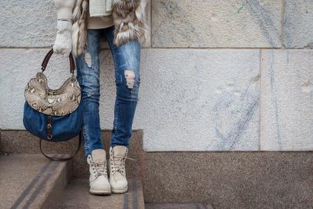 Foto de Detail of a young woman with bag posing in the city streets - Imagen libre de derechos