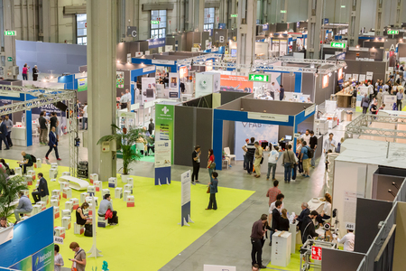 Foto de MILAN, ITALY - JUNE 7, 2016: Top view of people and booths at Technology Hub, international event for innovative and futuristic technologies serving business. - Imagen libre de derechos