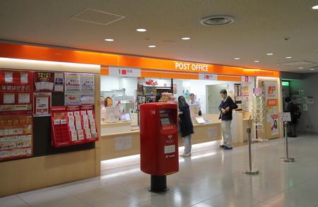 Photo pour Osaka Japan - November 14, 2018: Unidentified people visit post office at Kansai airport Osaka Japan. - image libre de droit