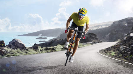 Photo pour Professional road bicycle racer in action - image libre de droit