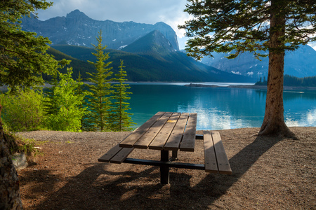 Photo pour A picnic site at Upper Kananaskis Lake in the Canadian Rocky Mountains, Alberta, Canada - image libre de droit