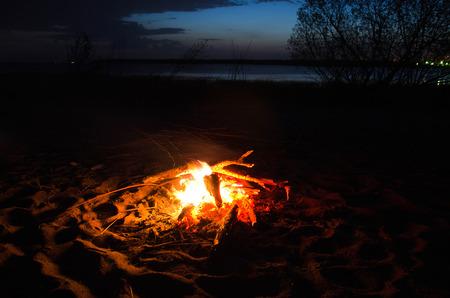 Photo pour beach bonfire night - image libre de droit