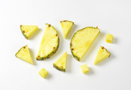 Photo pour Fresh pineapple slices and wedges - studio shot - image libre de droit