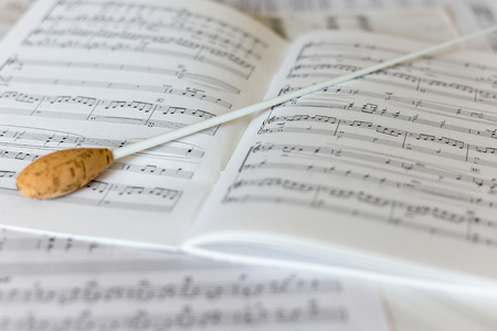 Photo pour A natural conductors baton on orchestral score - image libre de droit