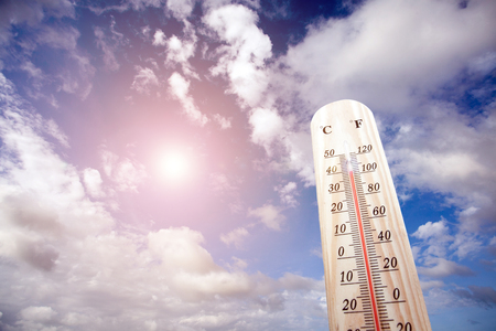 Foto de Thermometer on the summer heat - Imagen libre de derechos