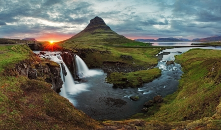 Photo pour Iceland Landscape spring panorama at sunset -  kirkjufell - image libre de droit