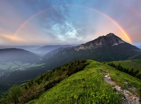 Foto de Rainbow over mountain peak - Imagen libre de derechos