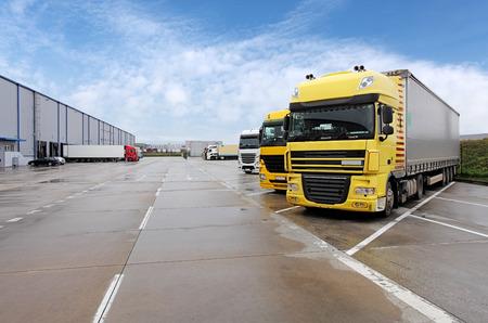 Photo pour Yellow truck in warehouse - image libre de droit