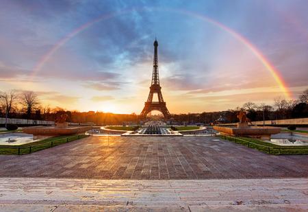 Foto de Rainbow over Eiffel tower, Paris - Imagen libre de derechos