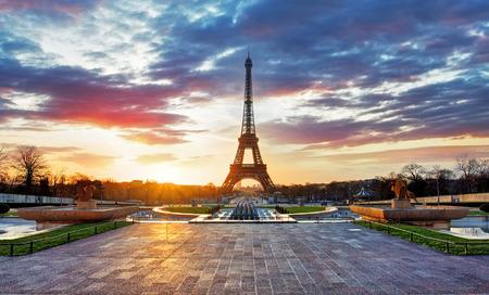 Foto de Sunrise in Paris with  Eiffel Tower - Imagen libre de derechos