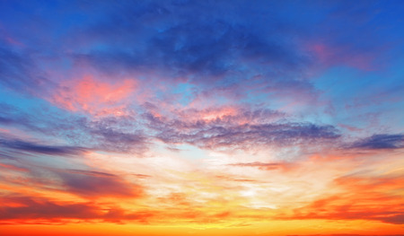 Foto de Texture of bright evening sky during sunset - Imagen libre de derechos