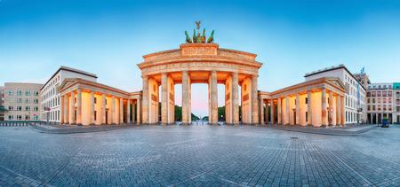 Foto de Brandenburger Tor Brandenburg Gate panorama, famous landmark in Berlin Germany at night - Imagen libre de derechos