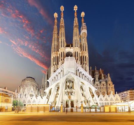 Foto de BARCELONA, SPAIN - FEBRUARY 10, 2016: Sagrada Familia basilica in Barcelona. The Antoni Gaudi masterpiece has become a UNESCO World Heritage Site in 1984. - Imagen libre de derechos