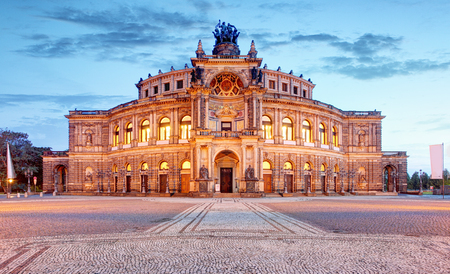 Foto de Semperoper opera building at night in Dresden - Imagen libre de derechos