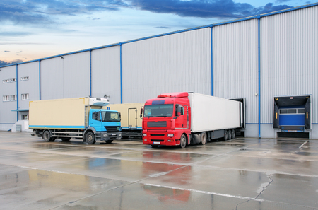 Photo pour Cargo truck at warehouse building - image libre de droit