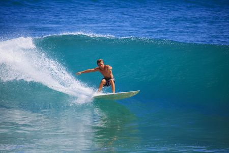 Photo pour young man catches a wave on his surfboard at Point Panic, Oahu, Hawaii - image libre de droit
