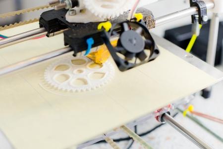 Foto de Electronic three dimensional plastic printer during work in school laboratory  - Imagen libre de derechos