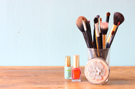 Photo pour make up brushes over wooden table - image libre de droit