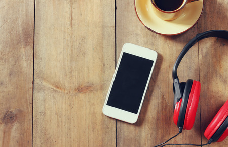 Photo pour top view image of smartphone with blank screen headphones and coffee cup. room for text - image libre de droit