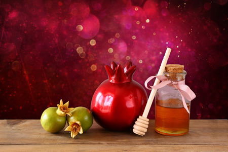 Photo pour rosh hashanah jewesh holiday concept  honey and pomegranate over wooden table. traditional holiday symbols. - image libre de droit