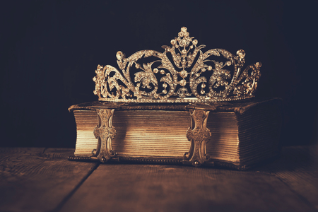 Photo pour low key image crown on old book. sepia vintage filtered. selective focus - image libre de droit