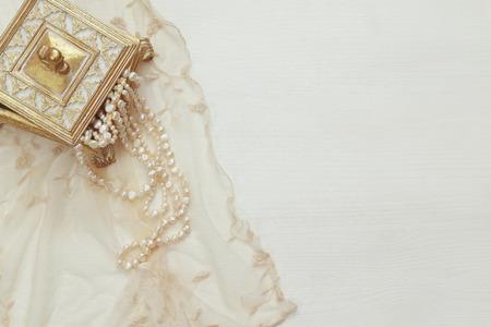 Photo pour Top view image of white pearls necklace. - image libre de droit