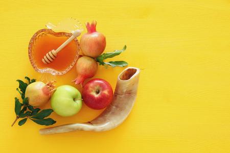 Foto de Rosh hashanah (jewish New Year holiday) concept. Traditional symbols - Imagen libre de derechos
