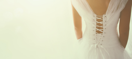 Photo pour Beautiful bride with wedding dress and veil, from behind. - image libre de droit