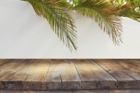 Photo pour Jewish festival of Sukkot. Traditional succah (hut). Empty wooden old table for product display and presentation. - image libre de droit