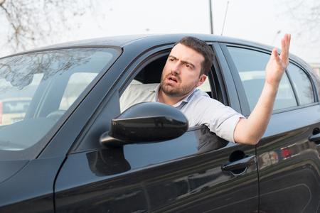 Foto de Rude man driving his car and arguing a lot - Imagen libre de derechos