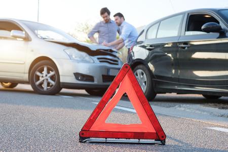 Foto de Two men reporting a car crash for the insurance claim - Imagen libre de derechos