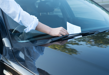 Foto de Parking violation ticket fine on the windshield - Imagen libre de derechos